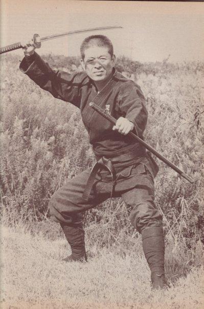 ninjutsu-dijon-bujinkan-dojo-Hatsumi_katana